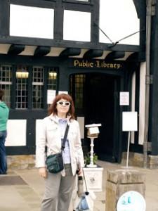 En 2009, cotilleando la Biblioteca pública de Stradford upon Avon.