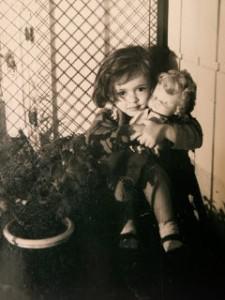 De niña, con mi muñeca preferida.